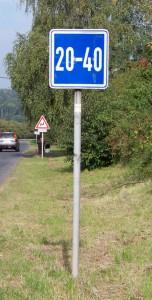 Kostelec_nČl,_silnice_108,_doporučená_rychlost